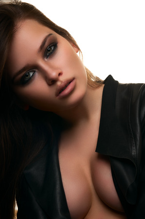 tetas: Modelo de mujer hermosa joven de moda con grandes tetas en el fondo aislado