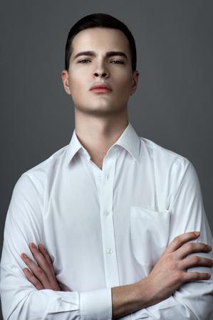 shirt unbuttoned: Uomo bello in camicia con bottoni sbottonati