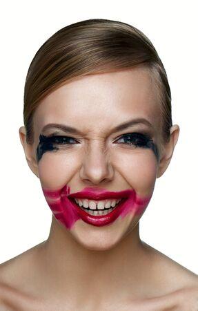 evil girl: Bellezza e salute pulita la pelle del male Ragazza con fumose Occhi e Labbra rosse con imbrattato Mascara e rossetto rosso ride spaventoso. Archivio Fotografico