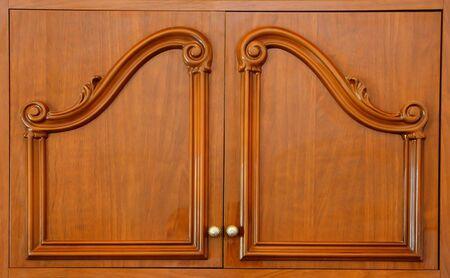 cerrar la puerta: Puertas de los armarios de madera tallada primer plano Foto de archivo