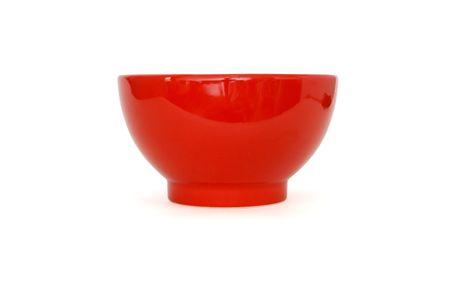 bol vide: Vue de c�t� de bol en porcelaine rouge isol�