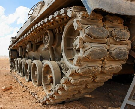 israeli: Pistas del tanque Magach israel� en el desierto portarretrato