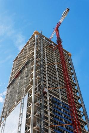 Lifting kraan en hoge gebouw in aanbouw