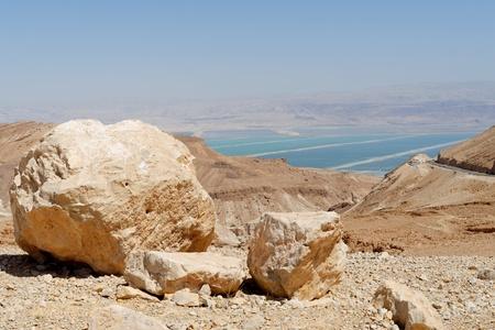 mediodía: Paisaje del desierto cerca del Mar Muerto en el brillante mediod�a