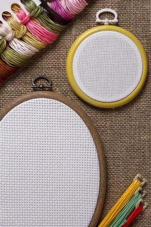 punto croce: Rotondo e tamburo ovale per punto croce sul saccheggio
