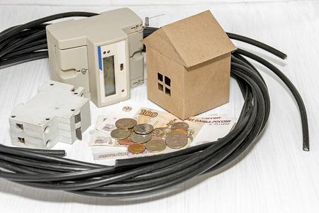 contador electrico: Contador eléctrico, el dinero, y un cable para conectar a la red eléctrica