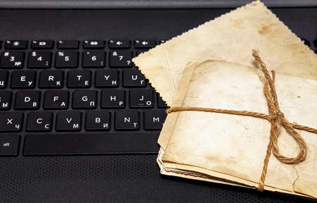 노트북 키보드에 오래 된 사진입니다. 전자 가족 아카이브 만들기