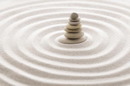 Pierre de méditation zen jardin japonais pour la concentration et la relaxation sable et la roche pour l'harmonie et l'équilibre en toute simplicité - coup de macro