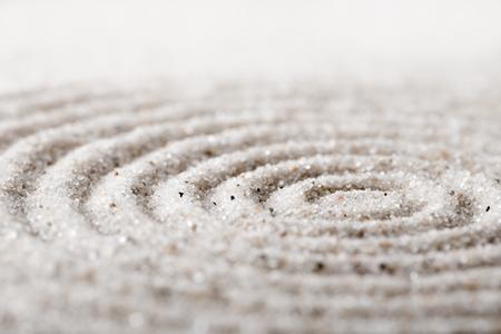Méditation de jardin zen japonais pour la concentration et la relaxation sable pour l'harmonie et l'équilibre en toute simplicité - coup de macro Banque d'images