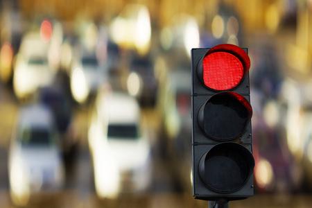 semáforo roja en el fondo de los coches