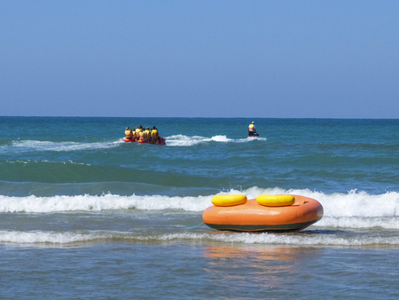 The banana boat and jet boat on the shore of sea. Banque d'images - 119164717