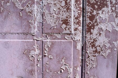red painted wall of the building with peeling paint from time to time 版權商用圖片 - 141636715
