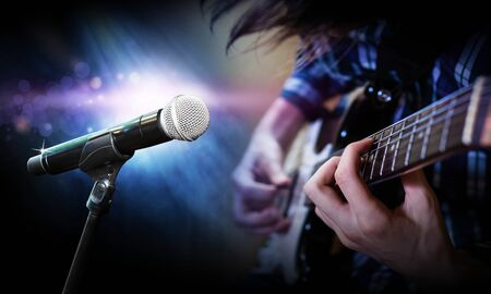 Microphone on stage blurred background playing guitarist on stage, blurred background Imagens