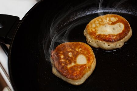 Pancakes fried in a frying pan closeup Banque d'images