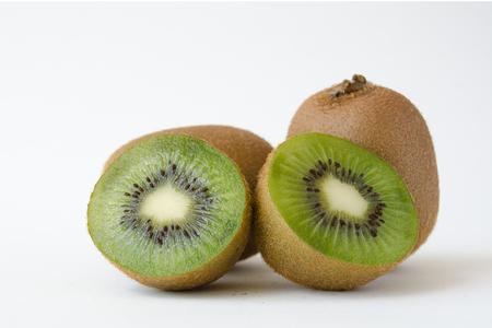 kiwi fruta: kiwi con el fondo blanco