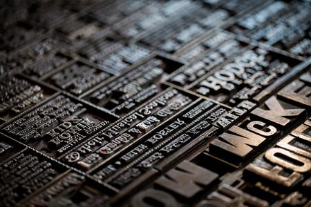 Makroaufnahme eines alten viktorianischen Zeitungsbuchdruckerhintergrundes der Weinlese