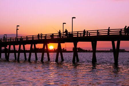 サラソタ、フロリダ州釣り桟橋での夕日。