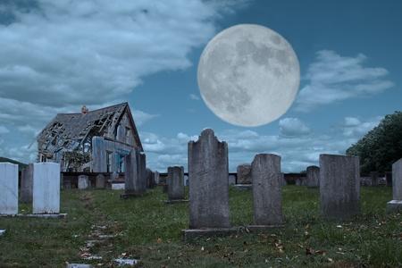 Ein Friedhof und baufälligen Gebäude im Mondlicht Standard-Bild - 10794843