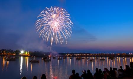 fuegos artificiales: Fuegos artificiales sobre el río Susquehanna en Harrisburg, Pennsylvania.