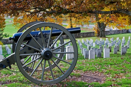 military cemetery: A cannon in a cemetery at Gettysburg National Military Park in Pennsylvania,USA  Stock Photo