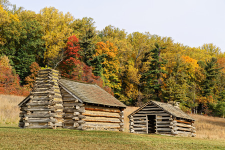 george washington: Reproductions of cabins used by Revolutionary War soldiers during the winter of 1777-78 under the command of George Washington. Located in Valley Forge National Historic Park, Pennsylvania, USA. Foto de archivo