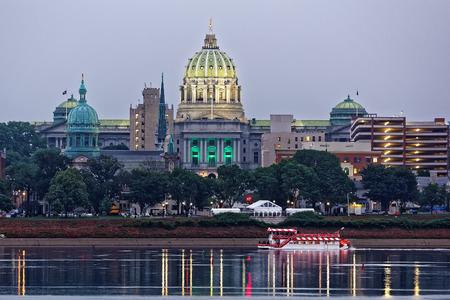 De horizon van Harrisburg Pennsylvania met de Hoofdbouw van de Staat en een rivierboot in de voorgrond. Tenten staan opgesteld in het park voor Memorial Day-festiviteiten. Het uitzicht is van over de Susquehanna-rivier.