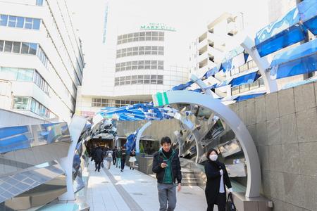 TOKYO, JAPAN - FEBRUARI 17: Mensen gaan naar Shibuya Mark stad, 17 februari 2017 in Tokio, Japan