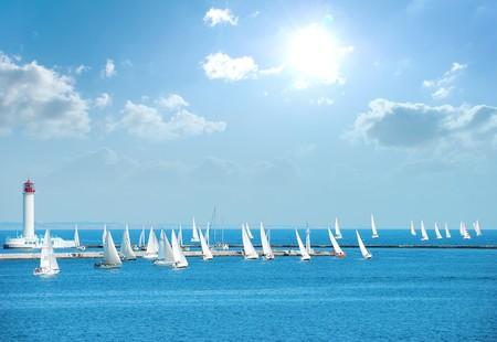 ヨットの白い帆を持つすべてのレガッタに参加します。 写真素材