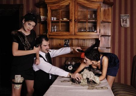 divides: Gangsters dividir el dinero, imagen de estilo retro.
