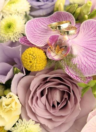 bouquet fleur: Bouquet de mariage et anneaux, soft focus. Banque d'images