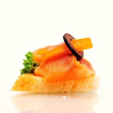 Sandwich sur pain de blé avec du saumon, le paprika et olive.