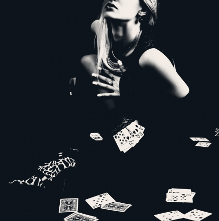 Sexy vrouw met speelkaarten in kousen, retro foto. Stockfoto