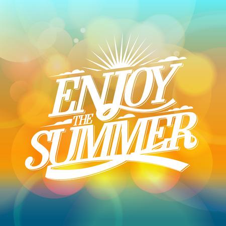 sol radiante: Disfrute del verano cartel brillante sobre un telón de fondo bokeh, tarjeta de felices vacaciones. Foto de archivo
