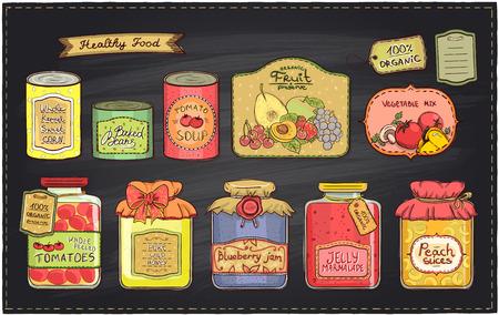 Dibujado a mano ilustración retro estilo con productos enlatados fijan y etiquetas sobre un fondo pizarra. Sopa de tomate, mermelada de arándanos, rodajas de durazno, tomate, maíz dulce, fruta preservar, frijoles horneados, miel silvestre