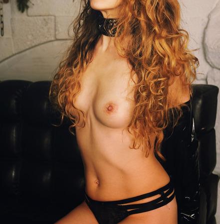 mujer sexy desnuda: cuerpo delgado, hermosa y atractiva mujer con el pecho desnudo, vestido de negro bragas, cuello y guantes de látex, estilo de juego BDSM