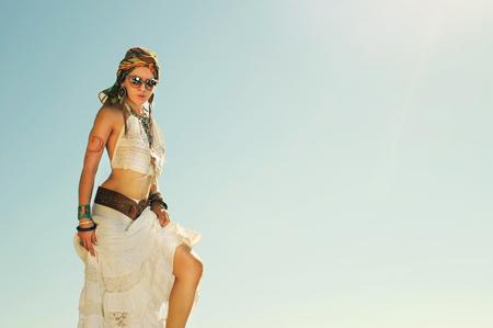 mujer hippie: Joven mujer hermosa de estilo boho permanente al aire libre contra el cielo, los colores blanqueados vendimia, hippie, estilo indie, traje africano, copia espacio para el texto