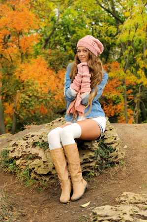 Beautiful young woman posed outdoor dressed in knitted autumn outfit Banco de Imagens