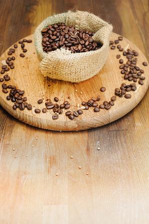 コーヒー豆と古い木製の背景、テキスト、ビンテージ スタイルのコピー領域の上に袋バッグ 写真素材