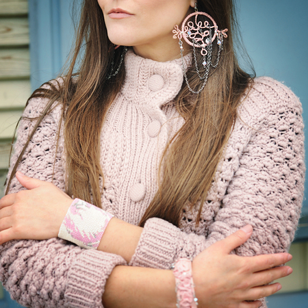 Young woman close up, pink boho style dreamcatcher earrings, no face Banque d'images - 110437672