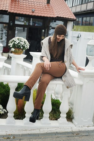 Autumn lifestyle fashion portrait of young stylish hipster woman, wearing cute trendy outfit Imagens - 110433444