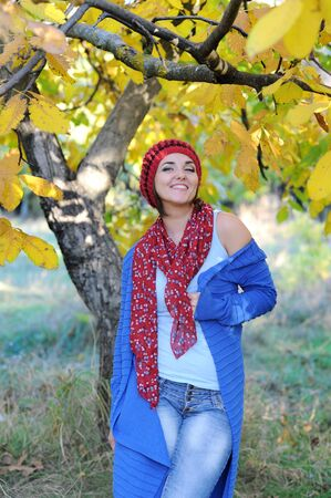Joyful smiling woman outdoor portrait, dressed in knitted beret and blue cardigan Фото со стока - 130989887
