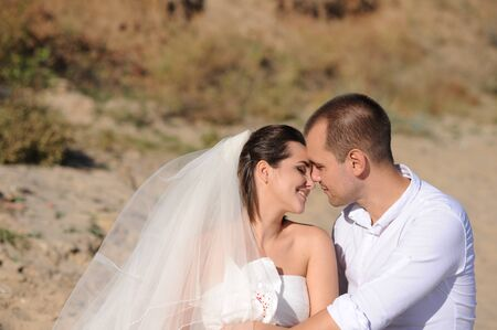 Young wedding couple relaxing outdoor Stockfoto