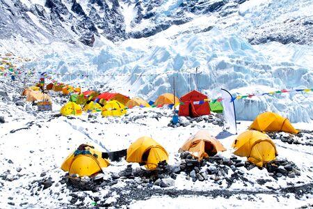 Baza Mount Everest, namioty, lodowiec Khumbu i góry, park narodowy Sagarmatha, trekking do bazy Everest - Nepal Himalaje