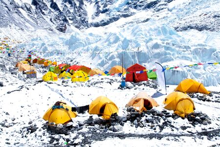 Mount Everest base camp, tents, Khumbu glacier and mountains, sagarmatha national park, trek to Everest base camp - Nepal Himalayas 免版税图像 - 126962489