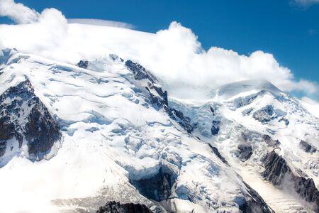Montañas de los Alpes franceses cubiertos de nieve blanca y fresca. Montañismo, viajar. Foto de archivo
