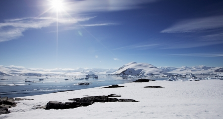 Antarctic Landscape with Gorgeous Sun 版權商用圖片 - 23982459