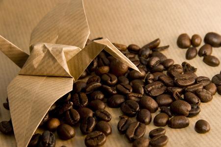 uccello origami: uccello origami e chicchi di caff�