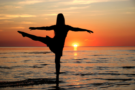horison: girl dancing in the water