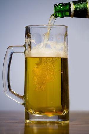 espumante: De vidrio con una espuma de cerveza