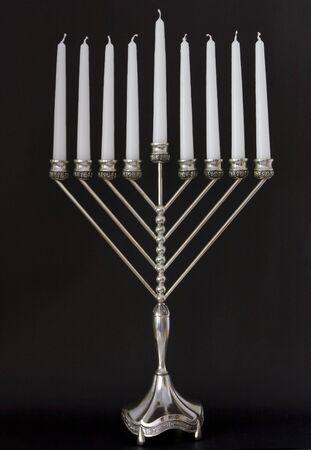 hanoukia: Traditional Hanukkah menora sur fond noir Banque d'images